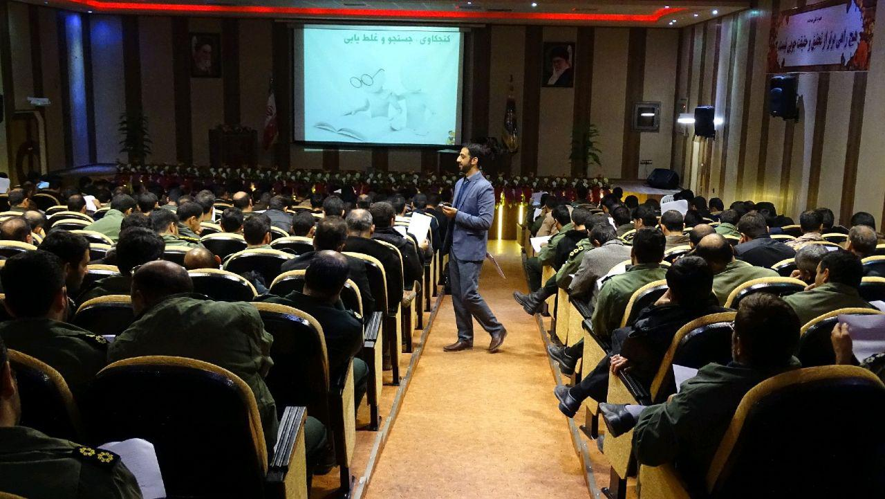 محمد حسینی در حال دتدریس کتابخواری در دانشگاه امام علی اصفهان