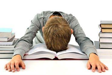 خوابیدن یک نوجوان روی کتاب