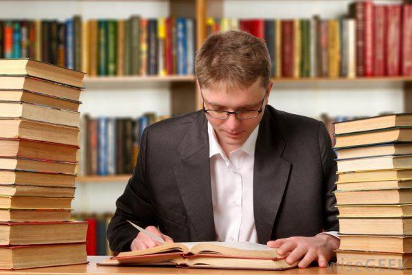 مردی متمرکز در حال مطالعه