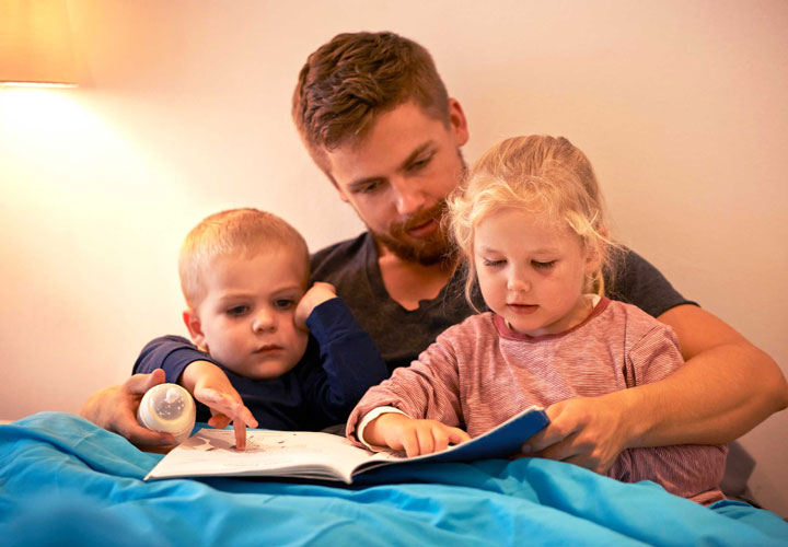 پدر برای کودکان کتاب بخواند