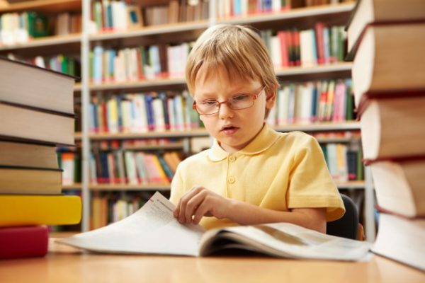 کودکی در حال کتاب خواندن