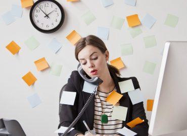 دختری در حال تلفن حرف زدن که کارهای زیادی برای انجام دادن ذارذ و ذهن شلوغی دارد
