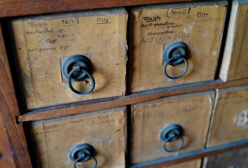 کشوهای قدیمی کتابخانه